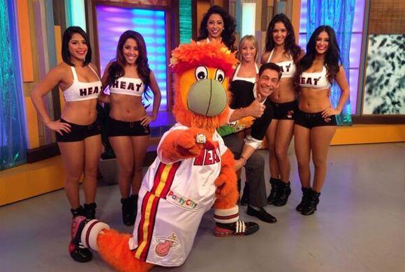 """""""Ya están aquí las bailarinas de los Miami Heat con Burnie incluido"""", ad..."""