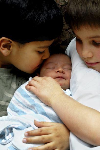 Deja que tu pequeño se acerque al nuevo bebé. Explícale que es important...