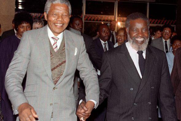 El entonces presidente de Namibia, Sam Nujoma, camina al lado de Nelson...