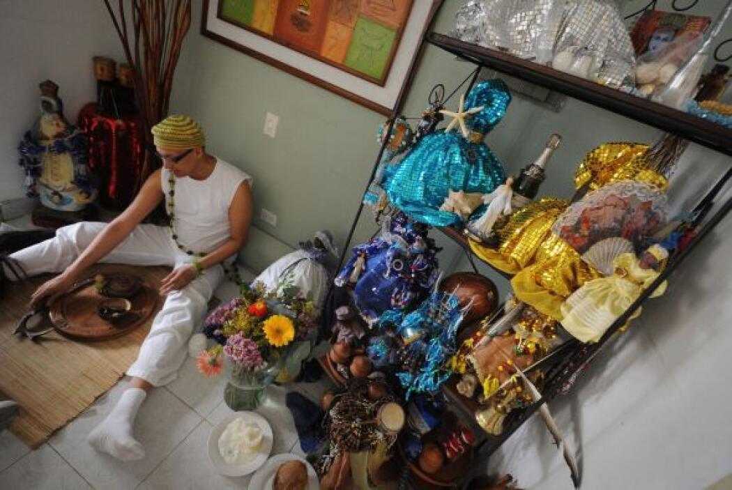 Getty constata que un Babalawo, sacerdote de la religión Yoruba, se prep...