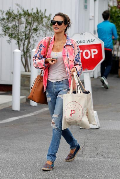 La base de 'jeans' con 'top' sencillo cambia radicalmente con la chaquet...
