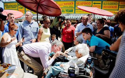 """Bill de Blasio, alcalde de NYC, saludó mientras esperaba su """"hot dog""""."""