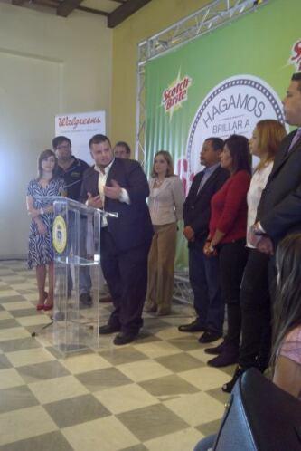 El compañero periodista de WKAQ, Jay Fonseca, se une a la alcaldesa de S...