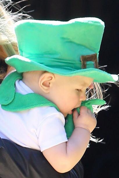La bella mamá aprovechó la oportunidad para vestir un pantalón verde muy...