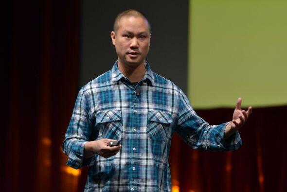 TONY HSIEH: Su cuenta es @Zappos. Es el fundador y CEO de Zappos.com. Pu...