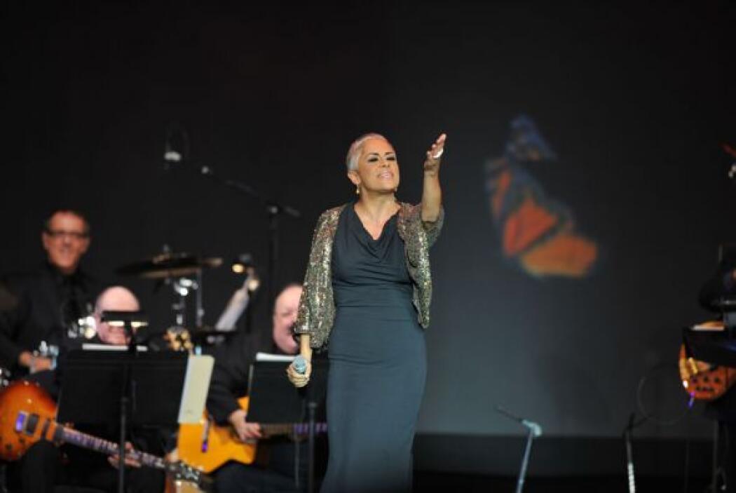 Eugenia León inició el homenaje con su interpretación de 'Frenesí'