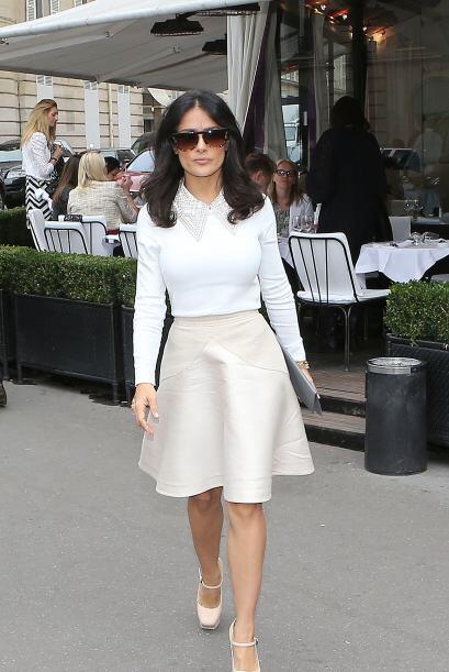 Salma Hayek es otra mamá que lleva la elegancia con ella, si te gusta su...