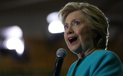 Hillary Clinton imita cómo Donald Trump la acosó en el último debate