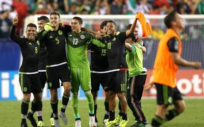 Giovani festeja con el Tri la obtención de la Copa Oro.