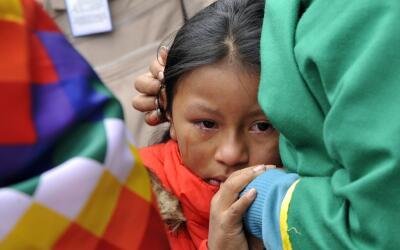 Una niña llora a la salida del féretro de Yuliana Sambon&i...