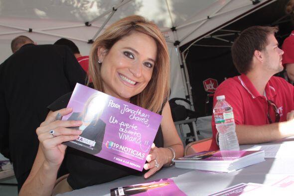 Viviana Páez firmando autógrafos