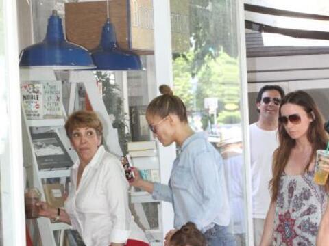 Encontramos a Jennifer Lopez con su familia.Más videos de Chismes aquí.