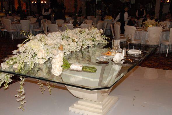 La mesa de los novios estaba muy elegantemente decorada.