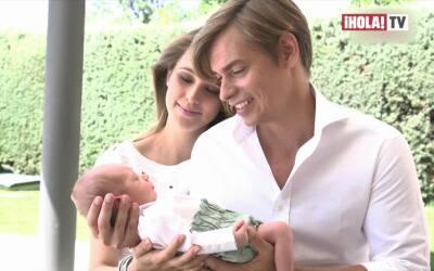 Carlos Baute y Astrid Klisans presentan a su bebé