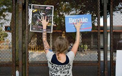 Protesta de seguidores de Bernie Sanders contra el Partido Demócrata en...