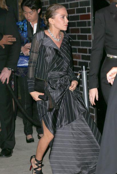 Su hermana Mary-Kate sufrió con el largo de su vestido al trasladarse en...