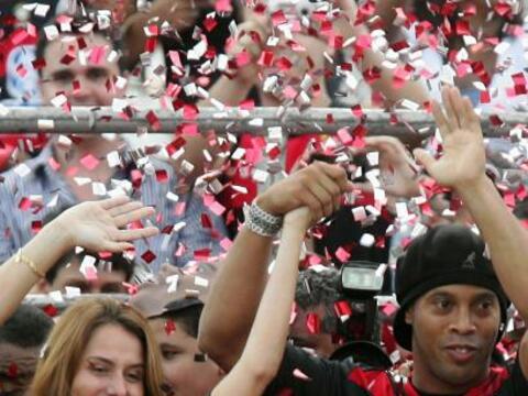 La presidente del Flamengo y Ronaldinho en el centro de la fiesta de bie...