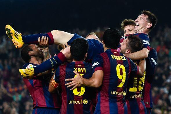 Los jugadores del Barcelona festejaron a Lionel Messi por conseguir supe...
