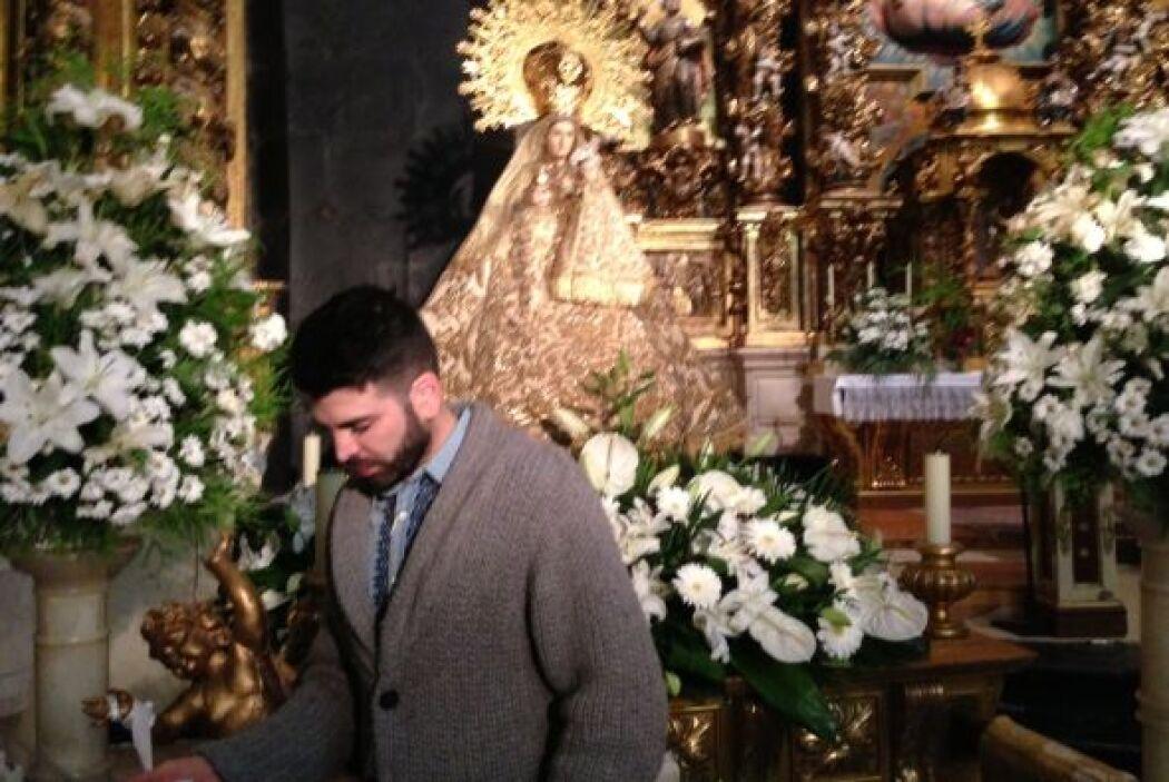 Jomari frente a la Virgen del Villar