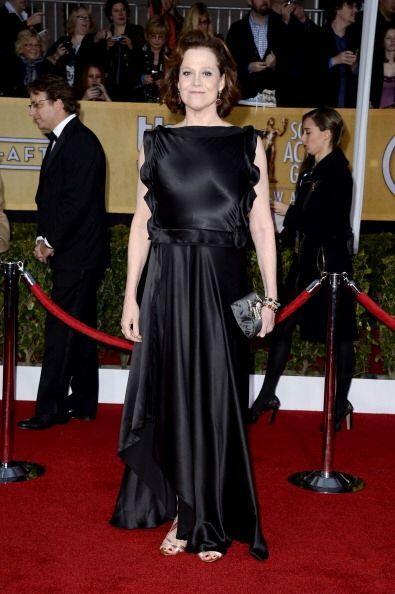 Sigourney Weaver llegó con una sábana satinada envuelta al...