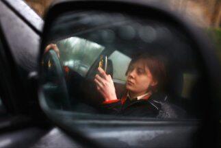 El uso del teléfono el celular tras el volante es una de las primeras ca...