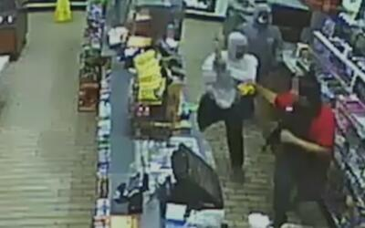 Buscan a dos sospechosos de golpear al trabajador de una tienda durante...