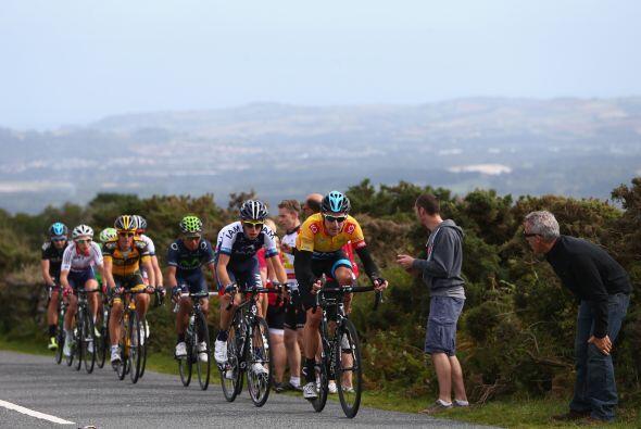 Los participantes de la Vuelta a Gran Bretaña en los últimos kilómetros...