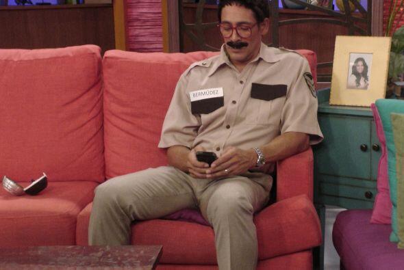 ¿Acaso ese es Johnny Lozada con bigote?.. Pues no, se trata del I...