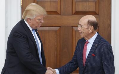 El presidente electo Donald Trump saluda al inversionista Wilbur Ross de...