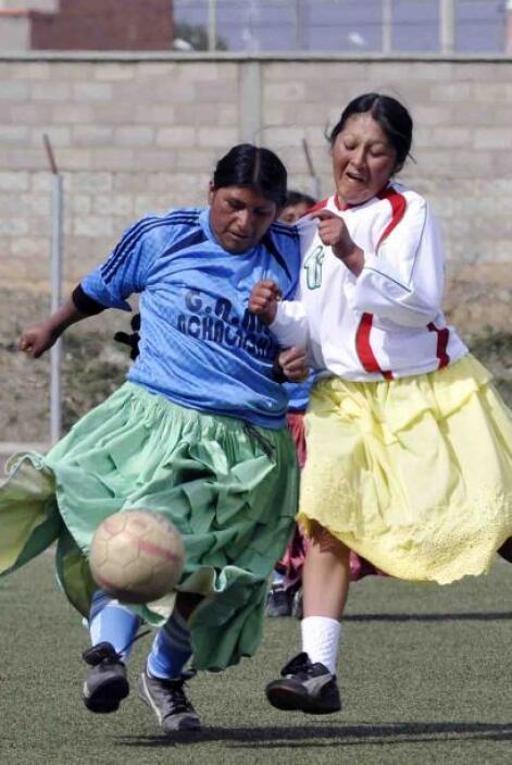 Sin cambiar su típica vestimenta, las cholitas no perdieron el tiempo e...