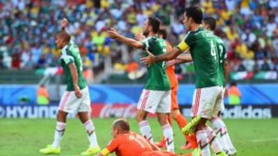 El defensor mexicano señaló que no too al delantero holandés.