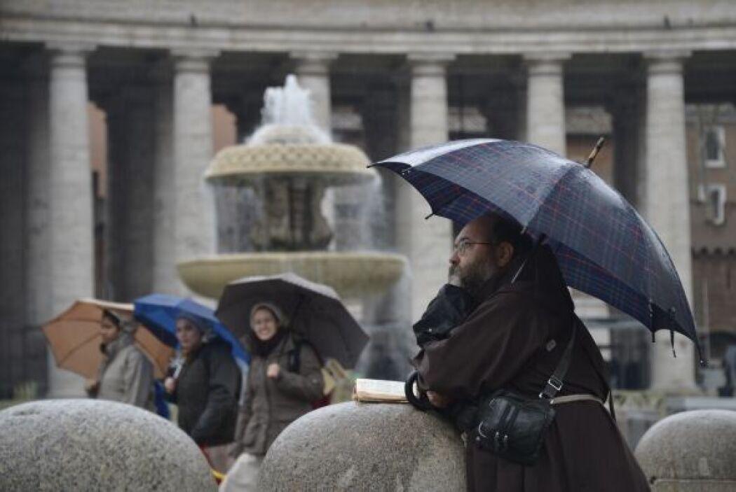 Cubiertos bajo las imponentes columnas de la plaza se reunieron tanto fo...