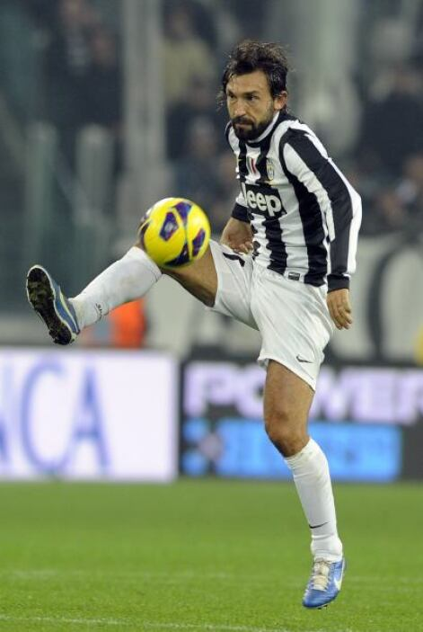 Le sigue otro veterano con técnica depurada, el italiano Andrea Pirlo.