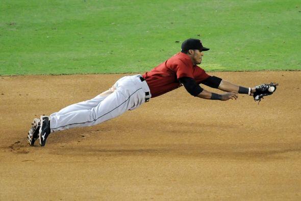 Jimmy Paredes se lanza para realizar una gran atrapada para los Astros.