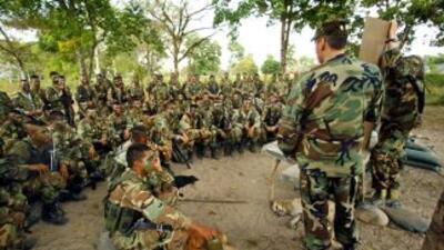 Oficiales del Ejercito de EEUU instruyen a soldados colombianos en la ba...