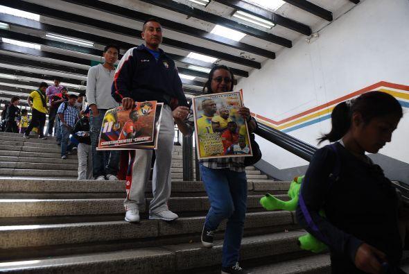 Portadas de periódicos y carteles con expresiones de solidaridad y recon...