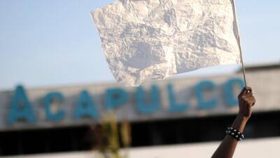 Una bandera blanca en el marco de una marcha por la paz en Acapulco.