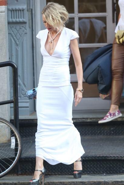 ¡Naomi Watts adora usar el blanco para sus 'outfits' veraniegos! Su vest...