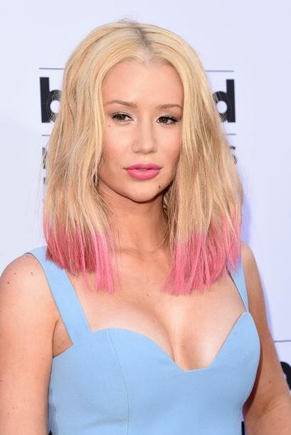 Su nuevo look con el cabello en puntas rosadas nos encantó.