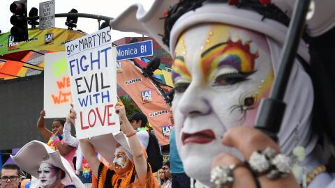 Los asistentes al desfile del orgullo gay en Los Ángeles en 2016...