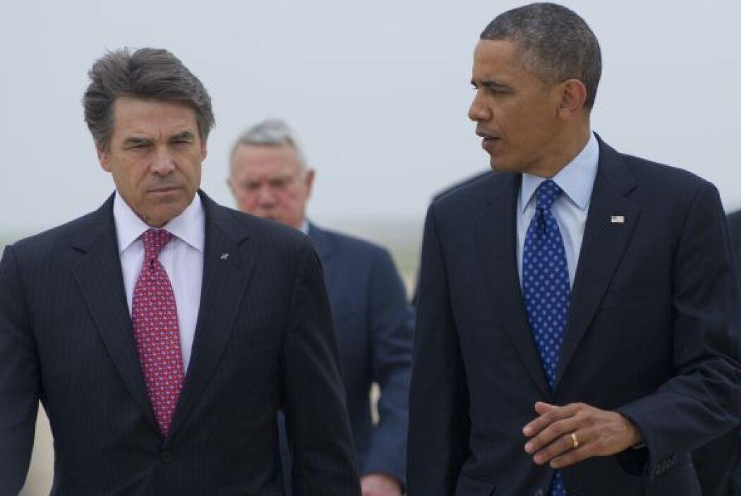 Perry y Obama, hablando en el aeropuerto internacional de Austin.