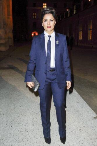 ¡Captamos a Salma Hayek luciendo fabulosa enfundada en un vistoso traje...