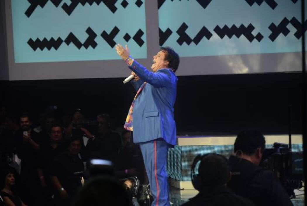 """El """"Divo de Juárez"""" ofreció un popurrí de sus grandes éxitos, a pesar de..."""