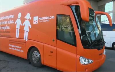 Autobús con presuntos mensajes en contra de la comunidad LGBT circula en...