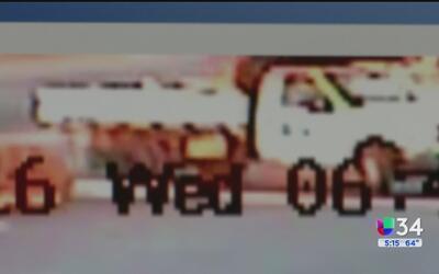 Conductor huye tras atropellar a un motociclista en Reseda
