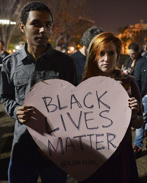 Algunos manifestantes se reunieron fuera de la Casa Blanca para protesta...