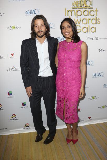 Diego Luna y Rosario Dawson posaron juntos en la alfombra roja.  Mira aq...