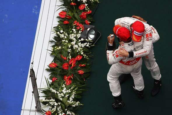 El 1-2 de Button y Hamilton le dio a la McLaren-Mercedes el liderato en...