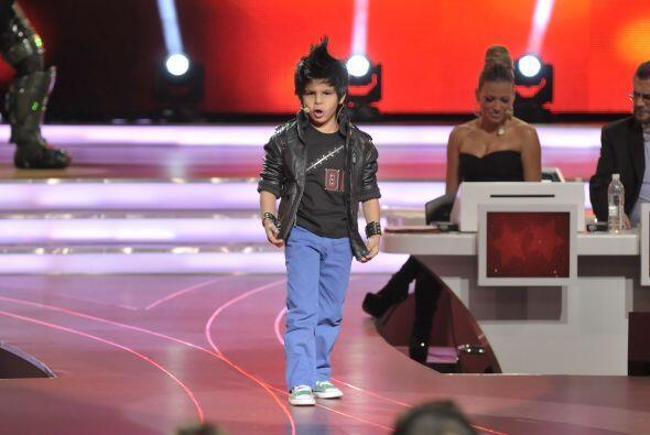 Miguel llegó con un look bastante rockero a interpretar su canci&...