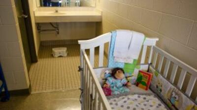 Una cuna en una de las salas de niños del Centro de Detención Familiar d...